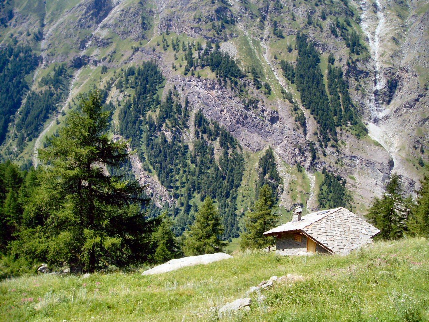 Il casotto del guardiaparco visto dalla baita superiore