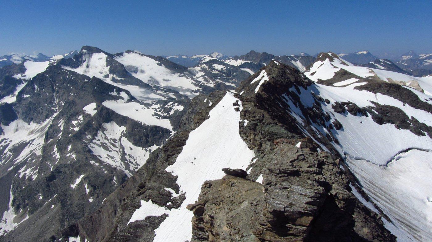 Uno sguardo dalla cima verso il Carro e la G.Aiguille Rousse a sinistra e la Galisia a destra