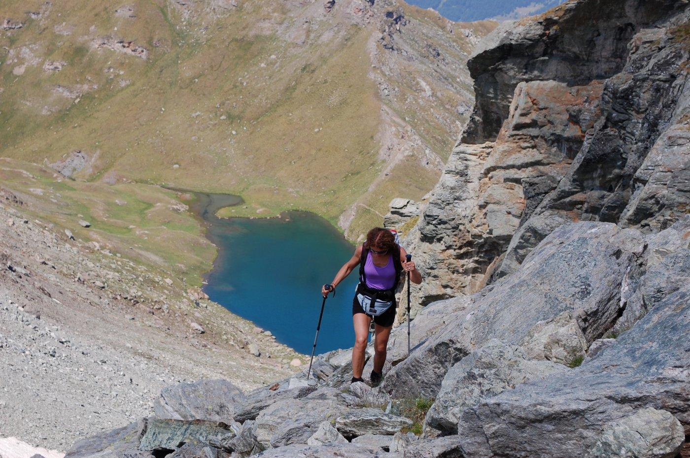 verso la cresta finale, tenendosi alti sul vallone. Sullo sfondo il Lago Perrin