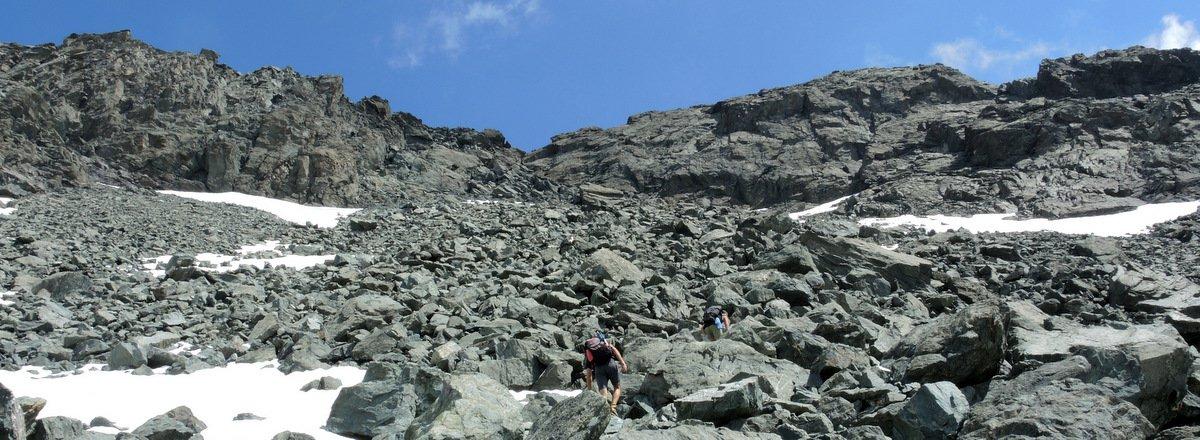 la pietraia per raggiungere la cresta