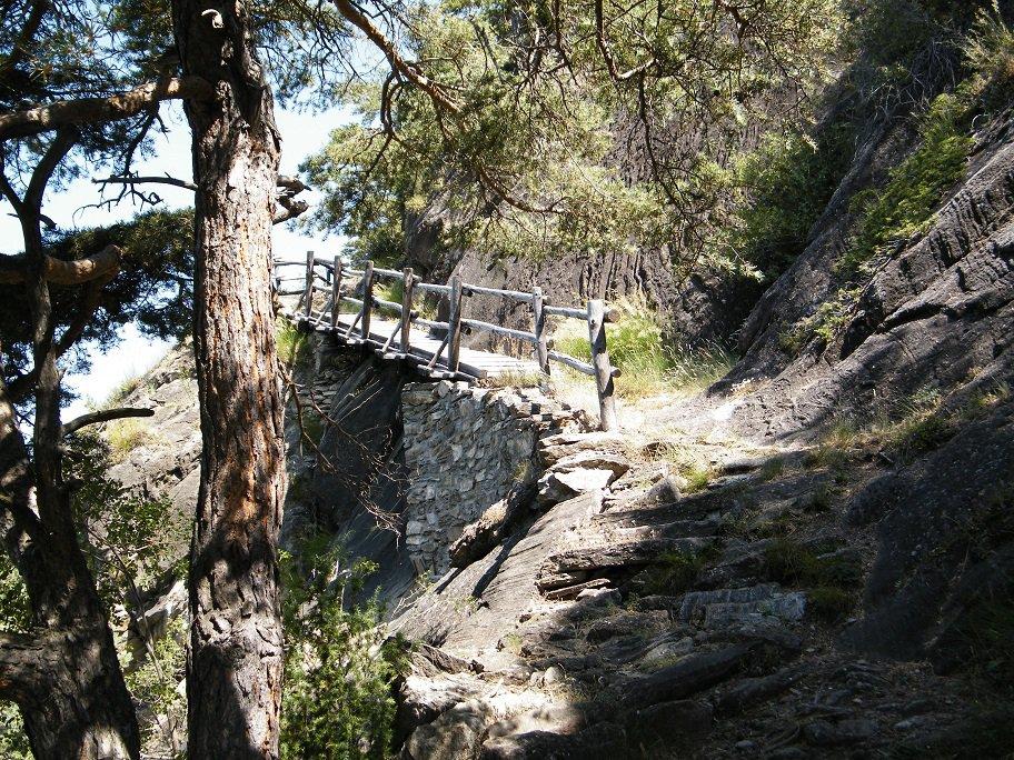 Il tratto di sentiero con la passerella in legno