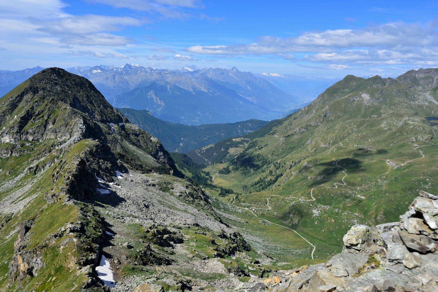 Panorama dalla vetta sul M.Bieteron e la valle centrale.