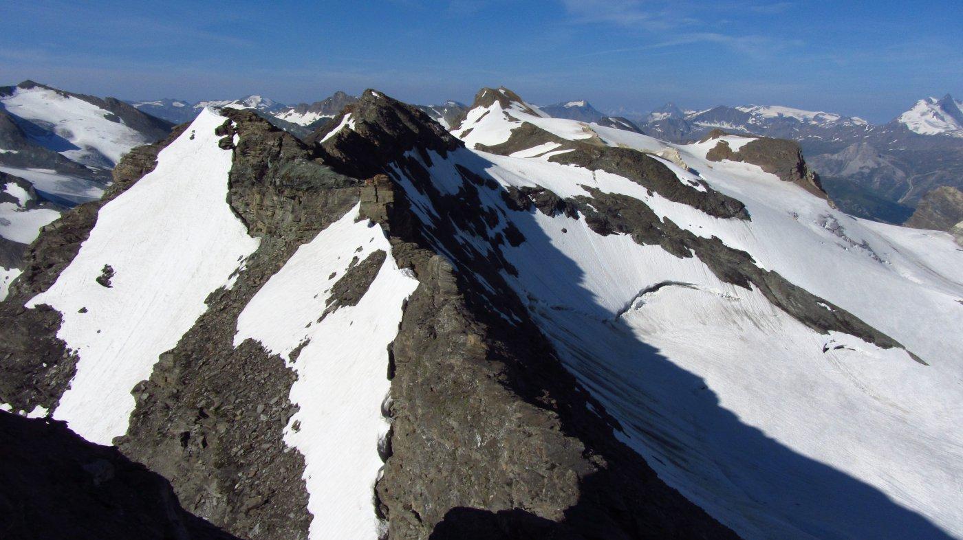 La cresta nella sua interezza osservata da sotto la Punta Basei
