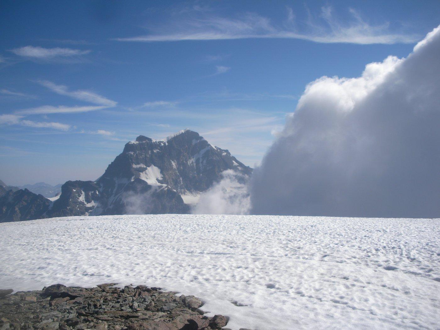 appena si vede il Combin..dal nuvolone da calore formatosi sul confine..