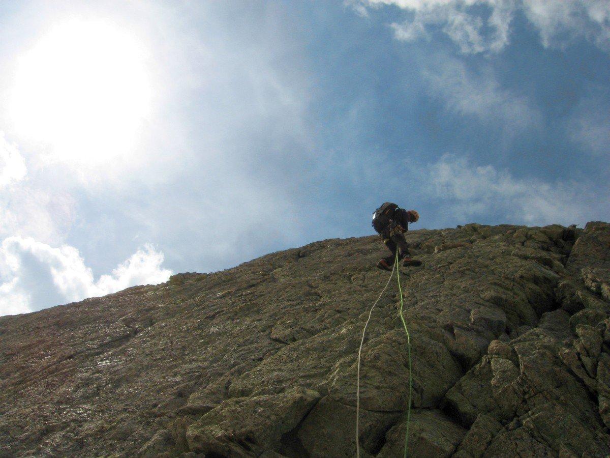 Una corda fissa facilita la discesa dalla Punta Brendel all'intaglio con la Ottoz