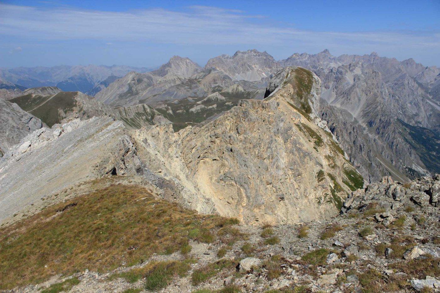 La cima tonda vista dall'anticima, con la cresta da percorrere