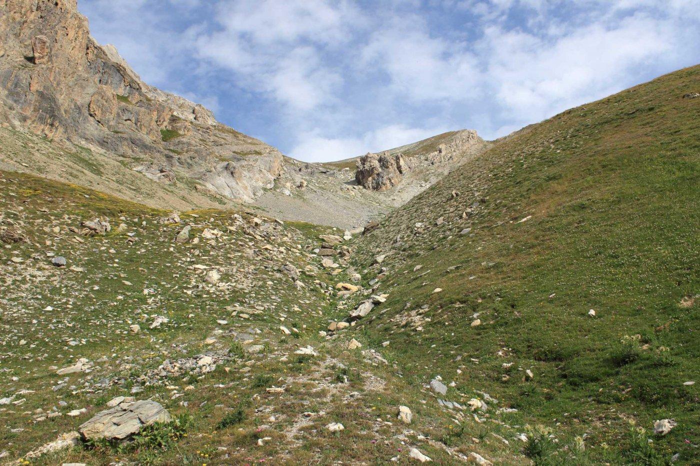L'imbocco del fuori sentiero, in alto il masso da aggirare a sinistra