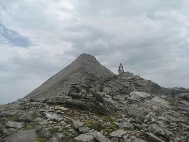 sulla cresta, poco sotto la cima, in discesa