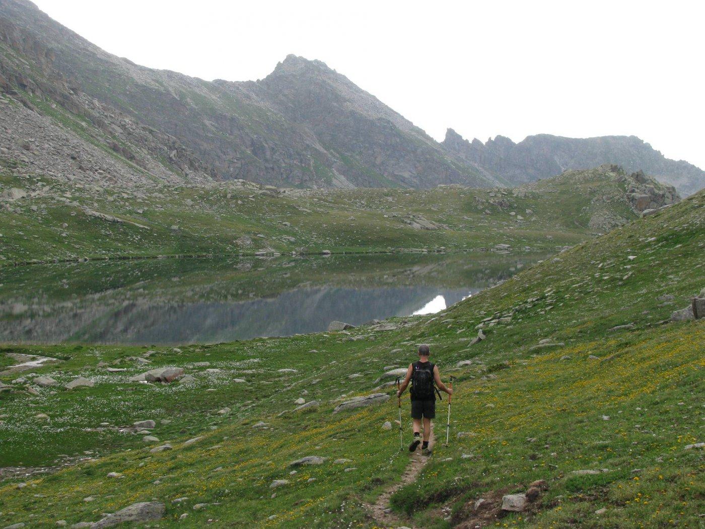 Discesa al Lago della Fertà, in alto al centro, la nostra meta