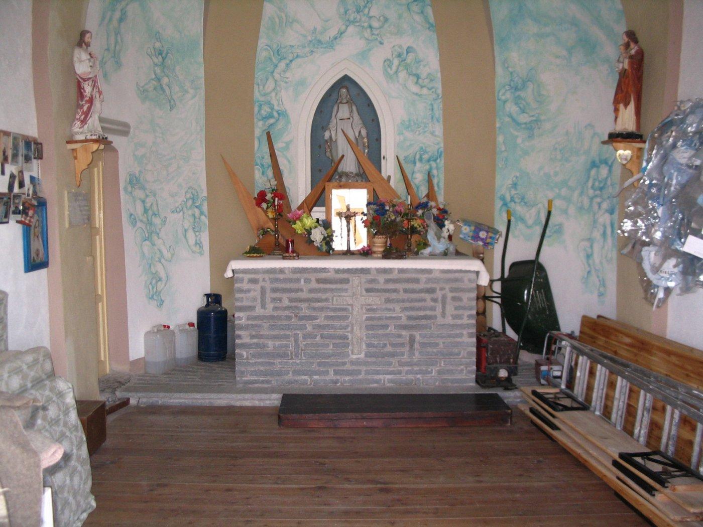 Interno della cappella-bivacco di emergenza-deposito
