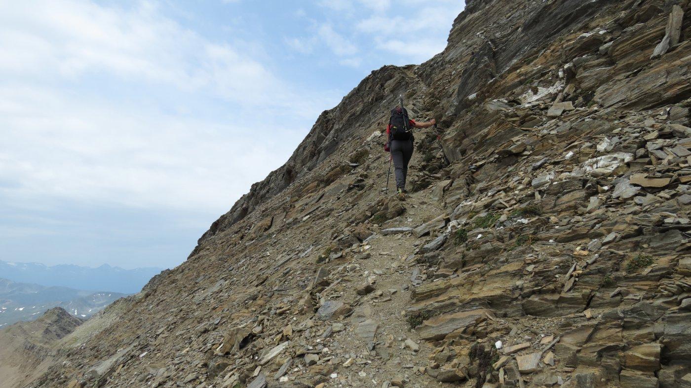 superando la scarpata rocciosa che porta all'inizio della cresta Sud (18-7-2015)