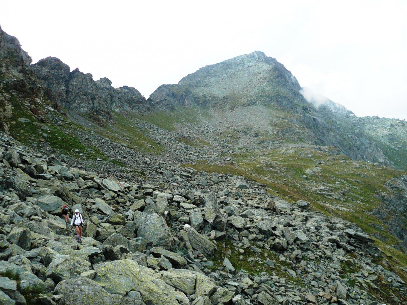 breve pietraia sulla via del ritorno, prima del Col di Nana, sullo sfondo la sagoma del Petit Tournalin con il ripido versante di discesa del sentiero D3