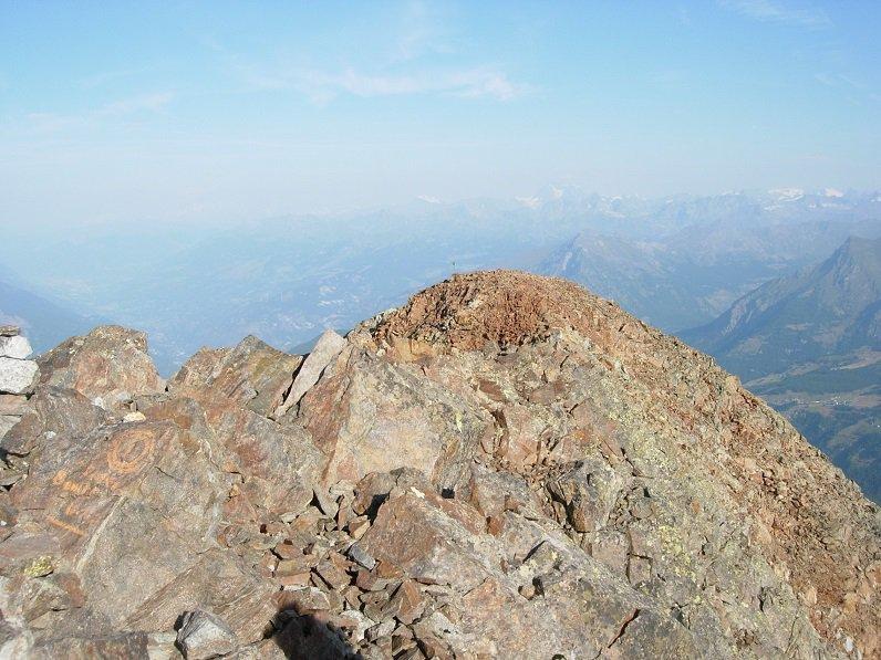 L'anticima, con Velan e Combin sullo sfondo, vista dalla cima