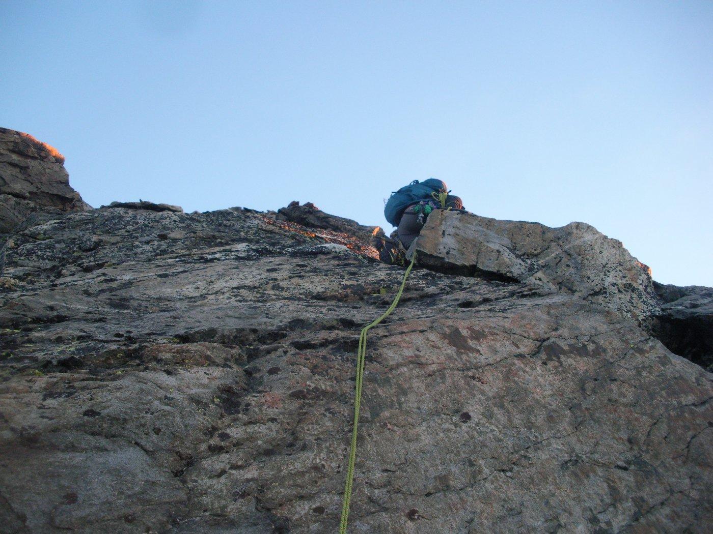 l'inizio e' difficile..roccia viscida e lichenosa..ma si procede cmq..