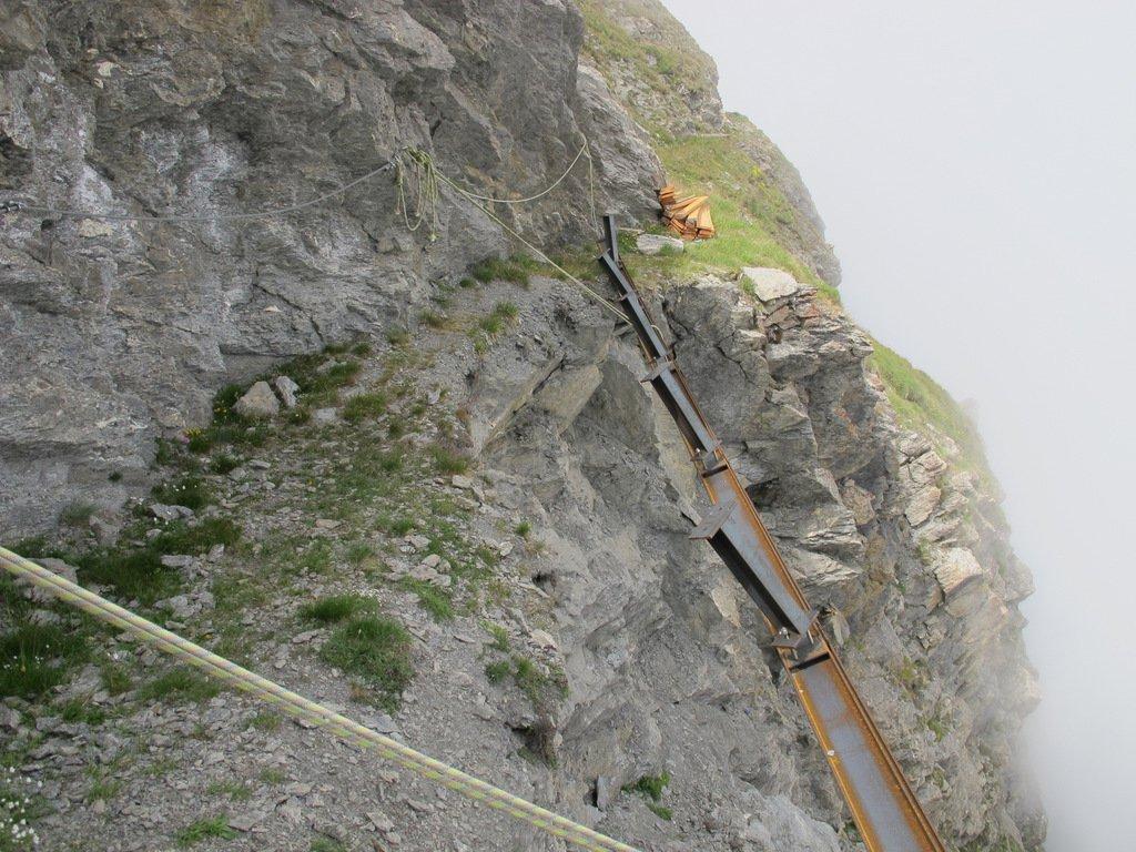 I lavori in corso nel tratto di sentiero franato