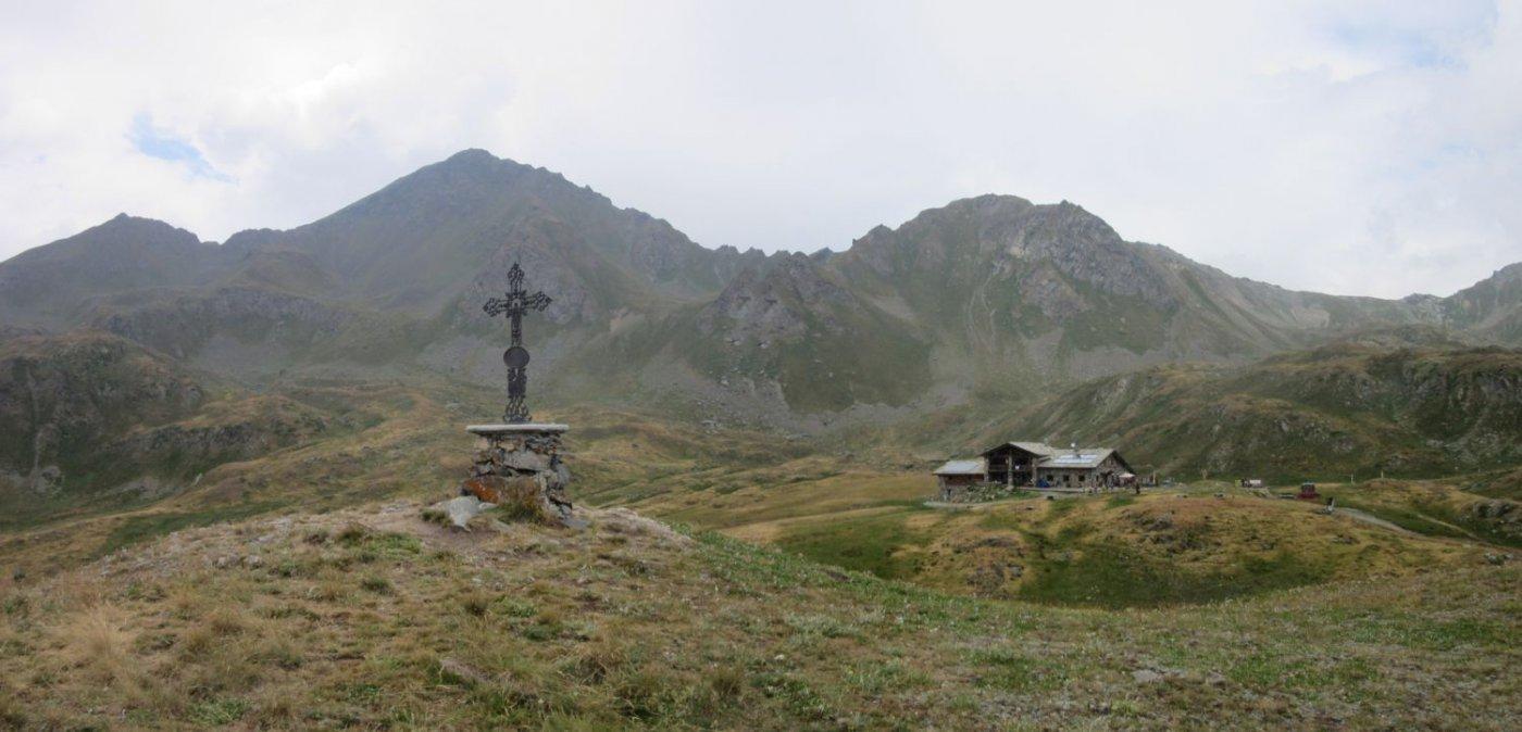 Vista sul rifugio e sul monte Rosso di Vertosan a sx