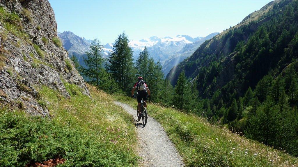 pedalando con vista sul gran paradiso