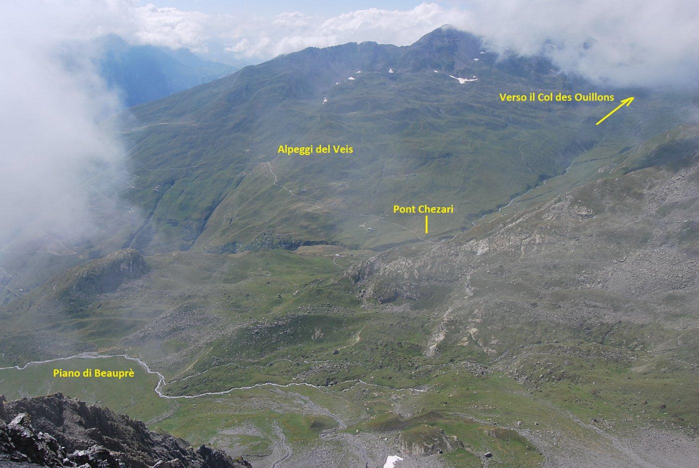 Nell'unica schiarita: vista verso il Col des Ouillons e gli Alpeggi del Veis