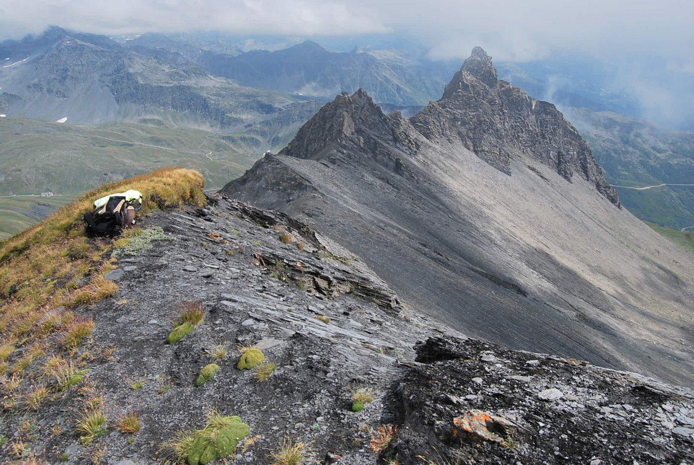 Dalla vetta: la cresta ed il Roc du Belleface. Sullo sfondo, piccolo a sinistra in basso, l'Hospice