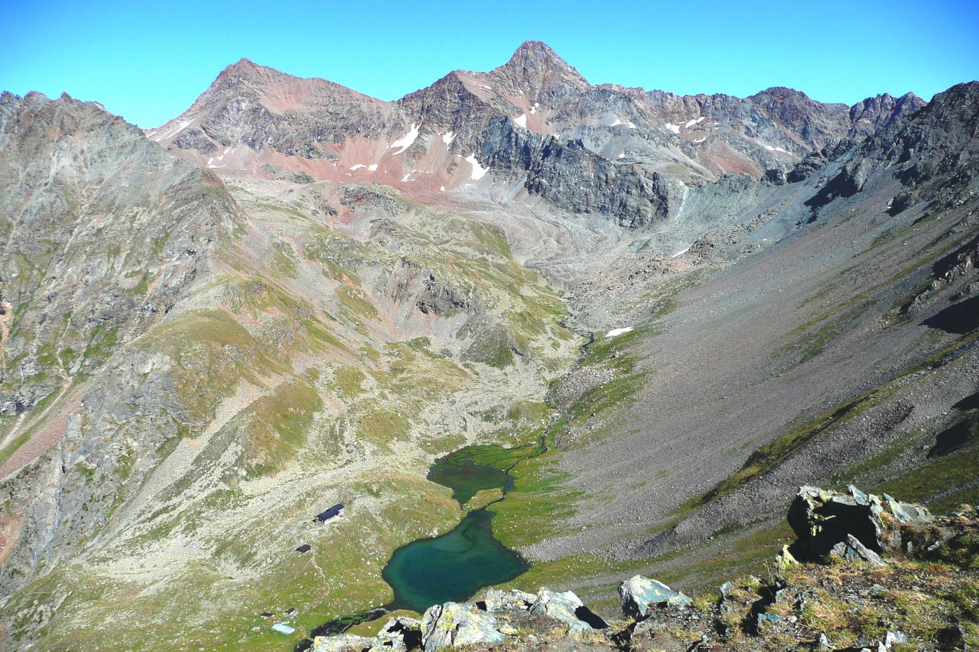 in basso Lago e Rifugio di Arbolle, sullo sfondo Punta Rossa e Punta Garin