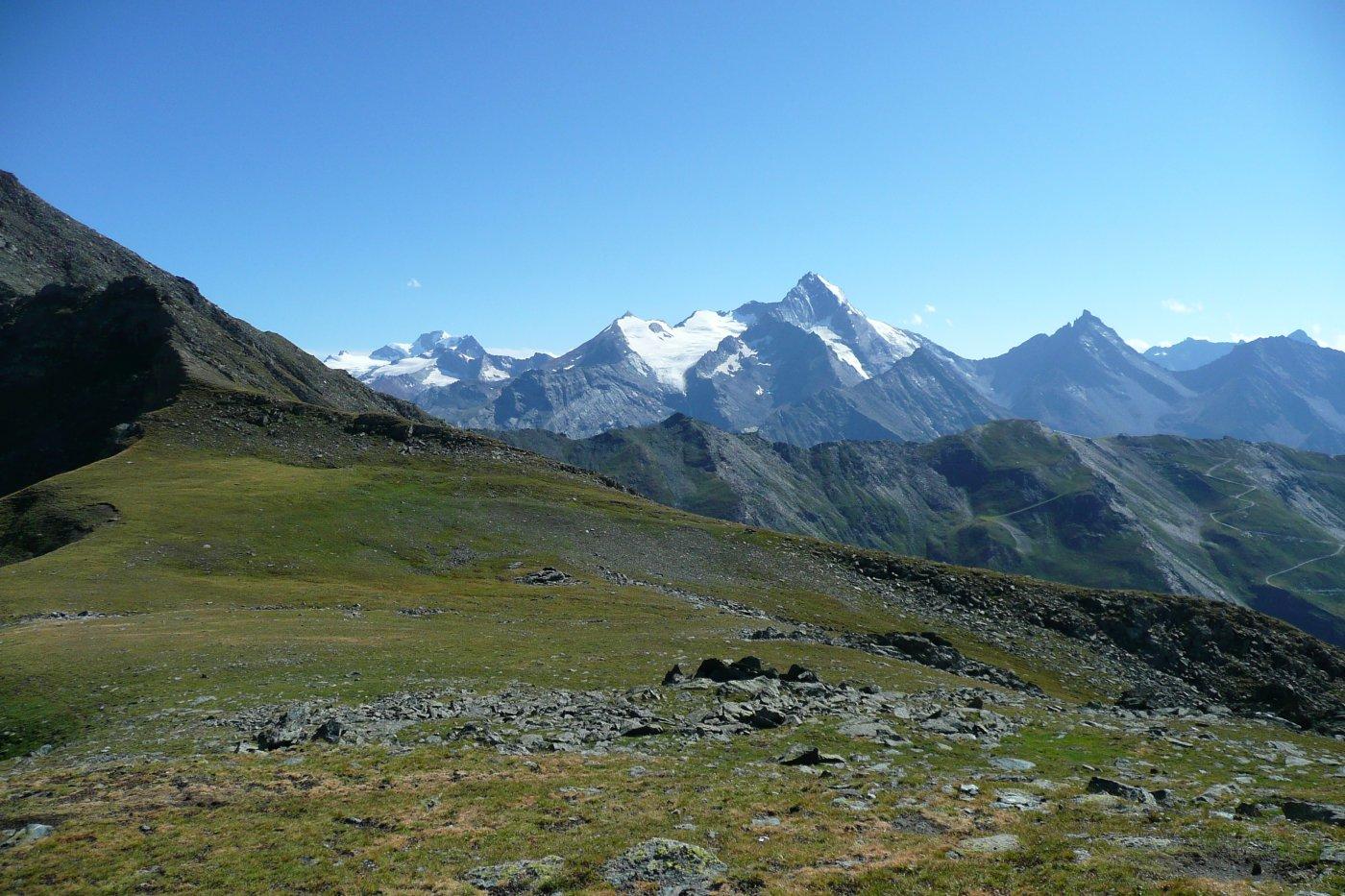 in primo piano il primo tratto di facile cresta, partendo dal Couis 1, sullo sfondo la Grivola ed il gruppo del Gran Paradiso, vista dalla spalla del Testa Nera