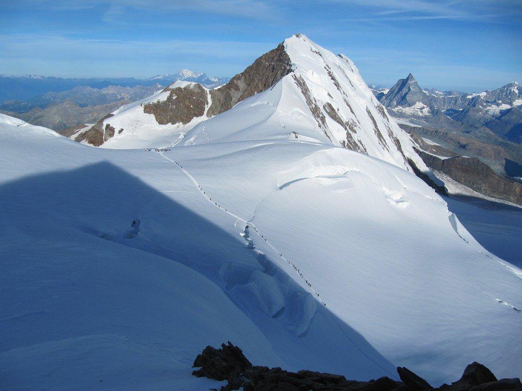 scendendo verso valle si nota qualche escursionista al Colle del Lys !!!!