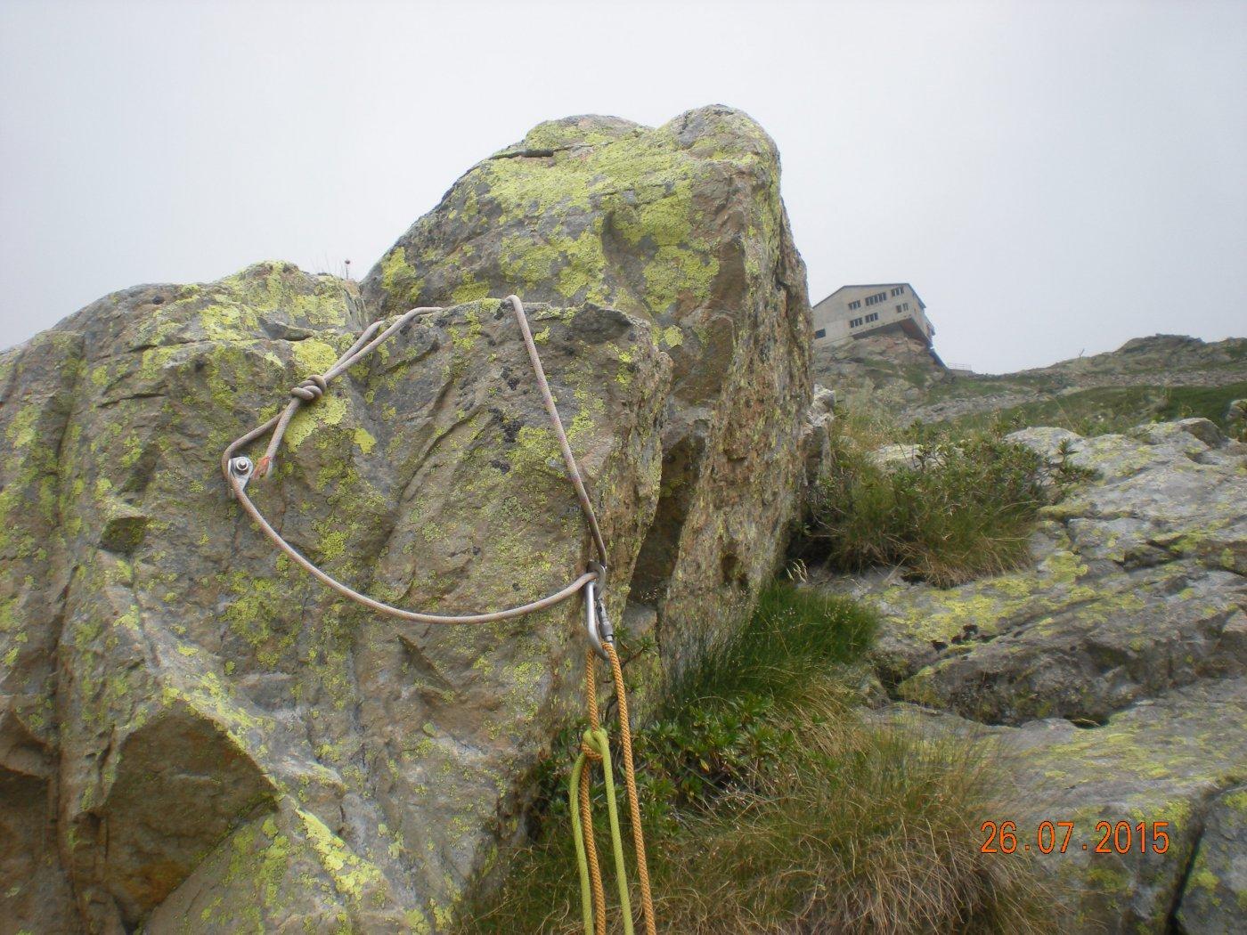 il moschettone di calata sul percorso di avvicinamento, dietro si intravede l'anticima