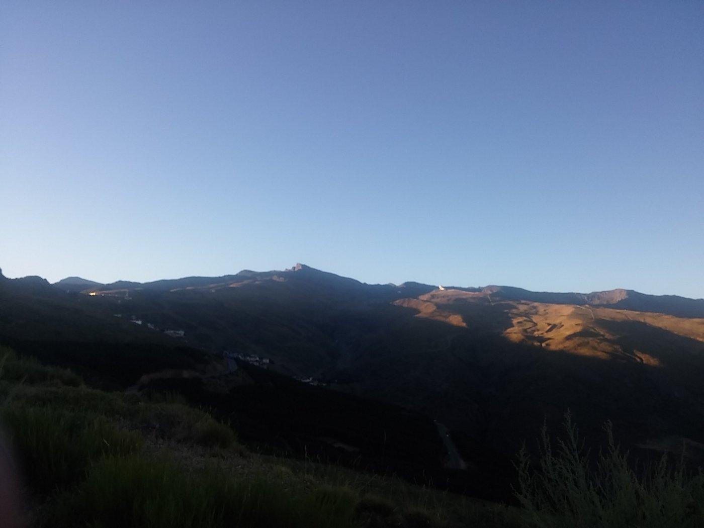 Pico de Veleta e Mulhacen in vista lungo la strada di avvicinamento
