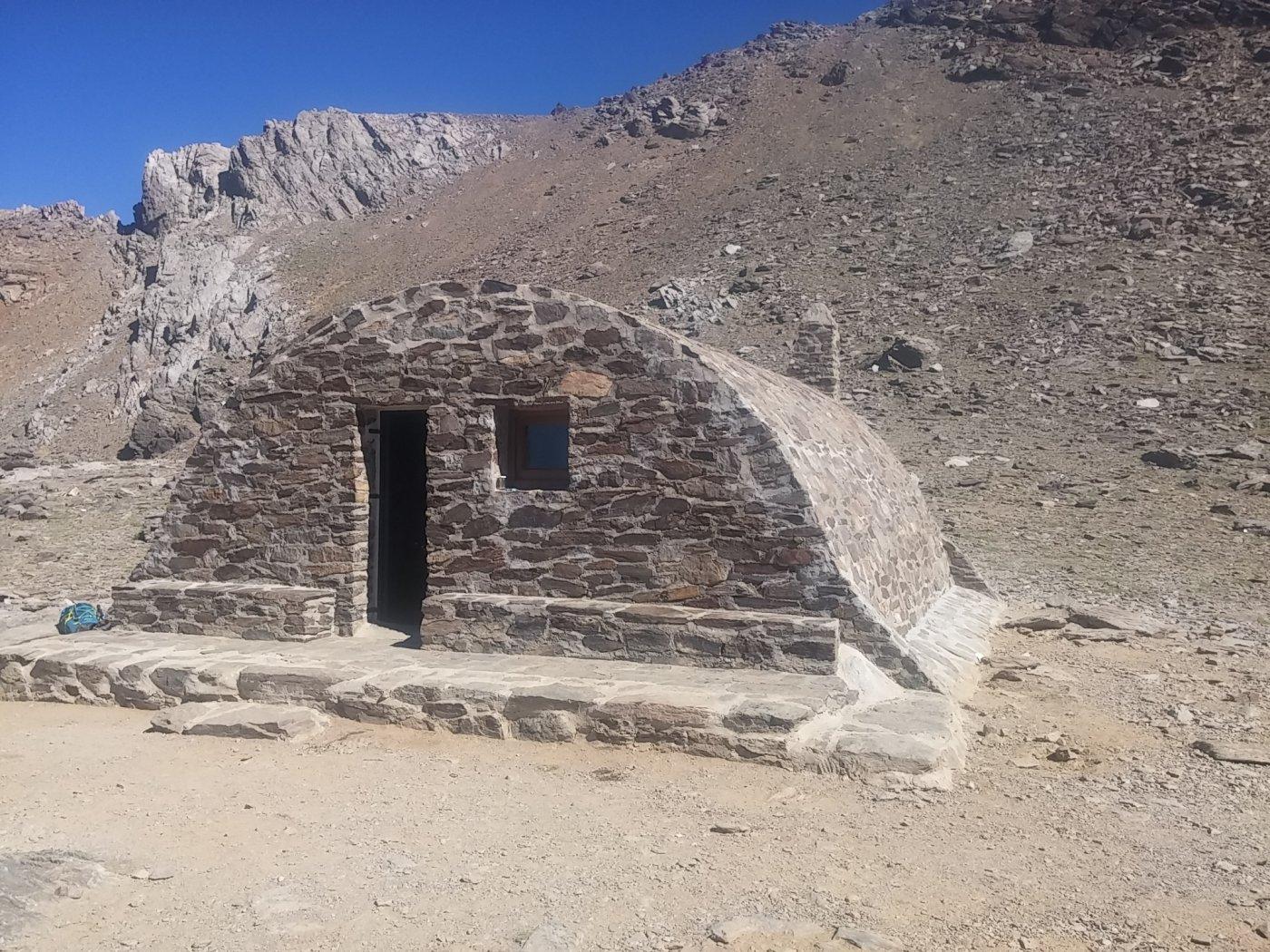 Il Bivacco della Caldera alla base del Mulhacen
