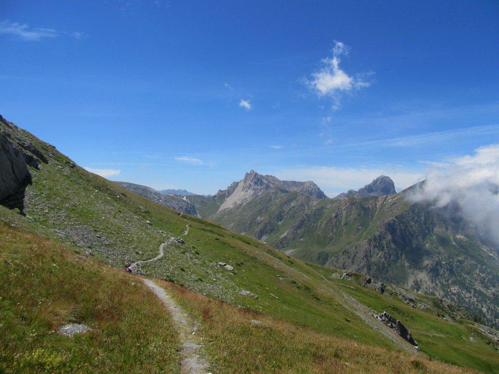 Traverso per arrivare al colle Sibolet, Colle del Mulo e Rocca la Meja sullo sfondo.