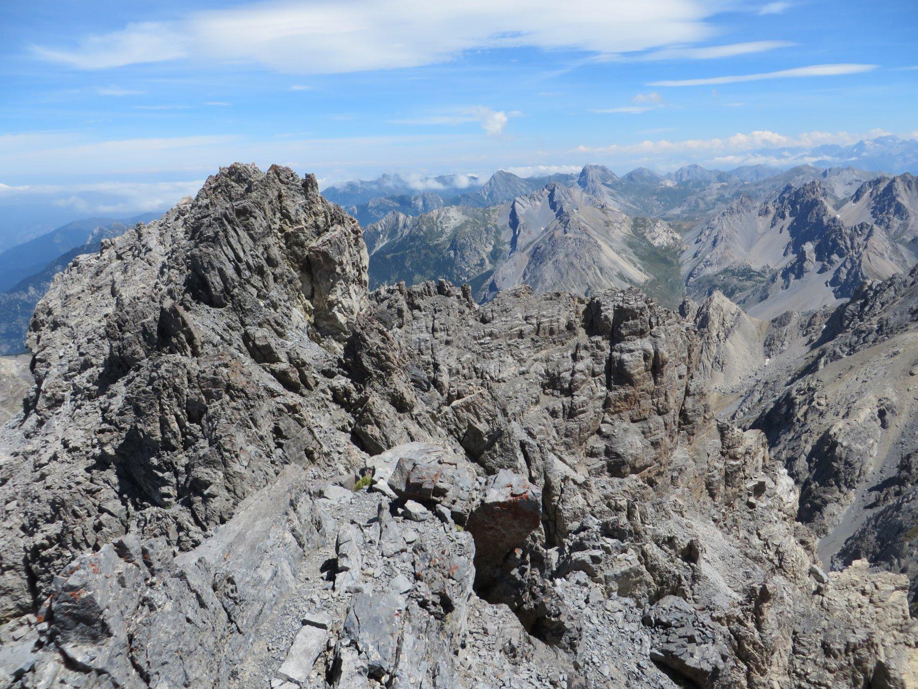 Dalla cima principale verso la secondaria (in basso a destra)