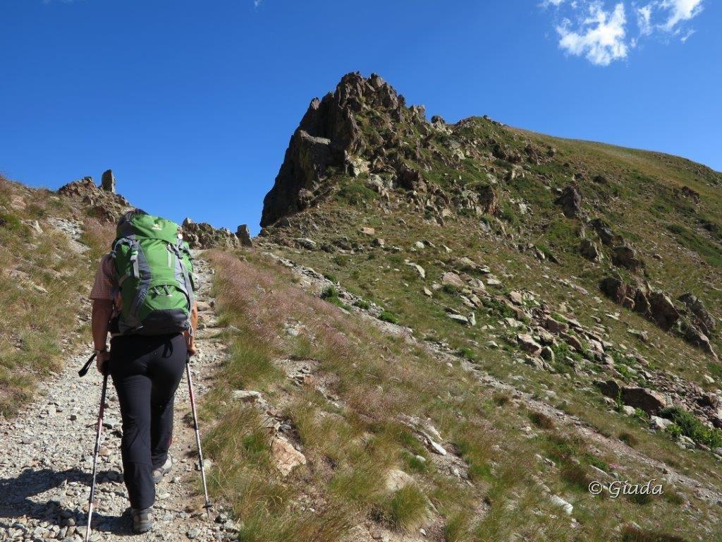 In vista del Passo di Tesina, a destra del roccone passa il percorso per andare alla Cima Tesina