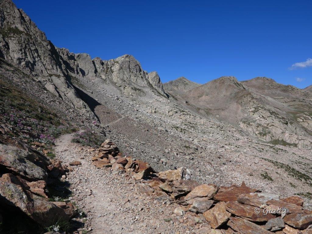 Il bel sentiero per il Passo Saboulè con la caserma subito sotto al passo. Il giro prosegue a destra del passo