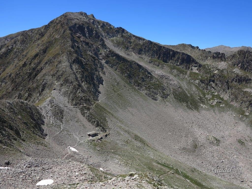 Il Colle della Guercia e la casermetta, dal nevaietto prima della casermetta parte il sentiero che scende nel Vallone della Guercia