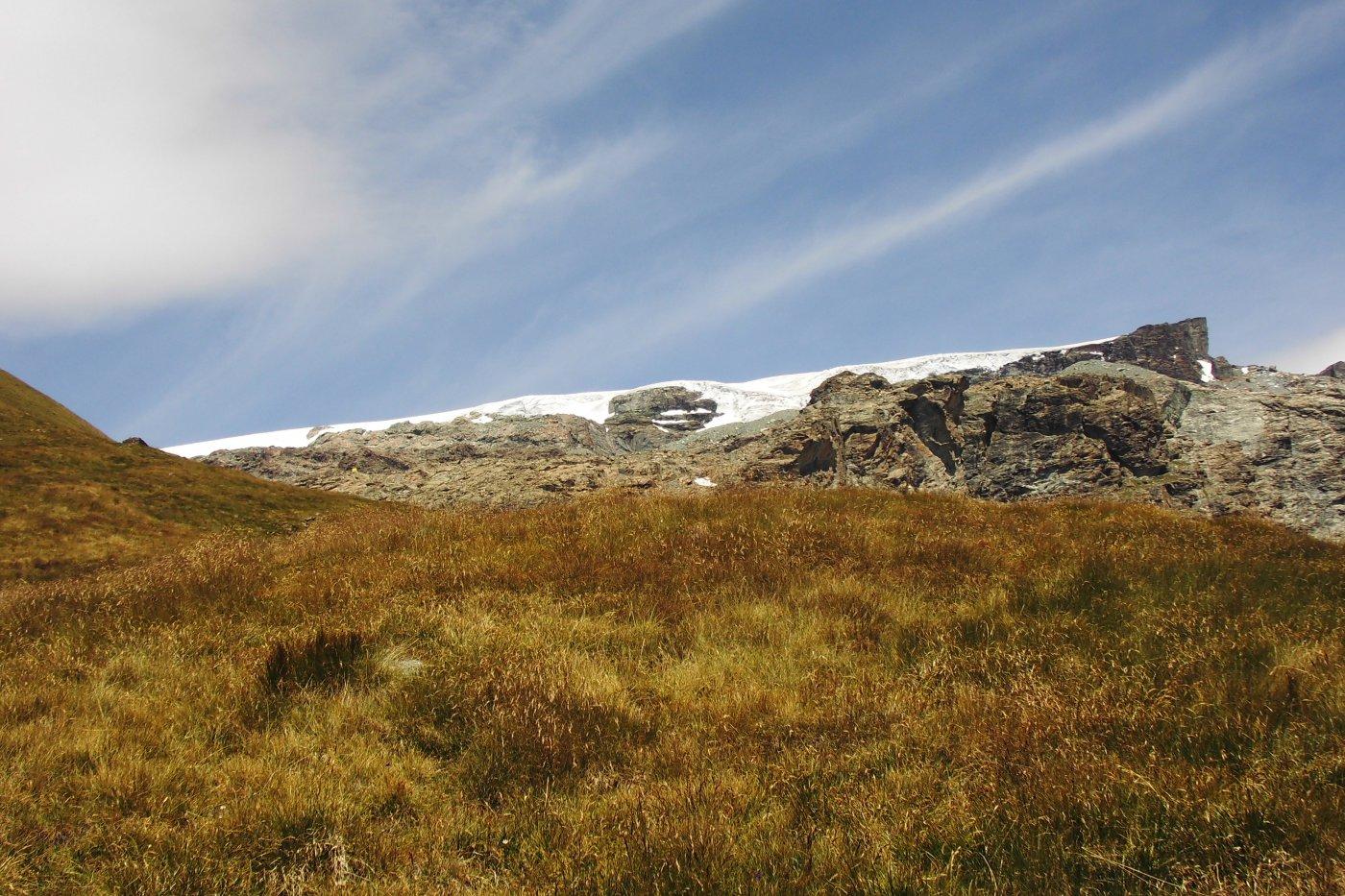 La gobba di Rollin. Al centro, leggermente a sinistra sulle rocce è visibile il bivacco.