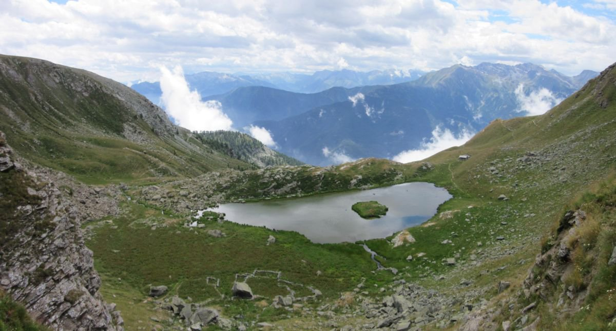 Lago del Laus con caratteristico isolotto