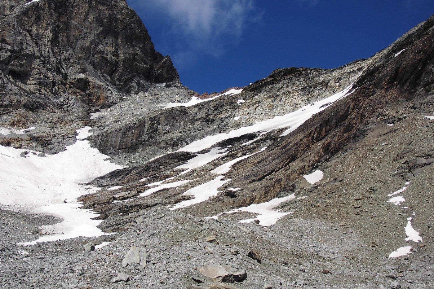 Dai pianori morenici sottostani il colle del Fürggen, si scorge il bivacco lucente in cresta. La via di salita da noi seguita segue la linea ideale che conguinge i piccoli nevai sottostanti al bivacco.
