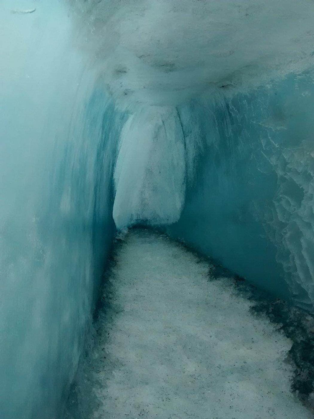interno della grotta sul ghiacciaio del Collerin