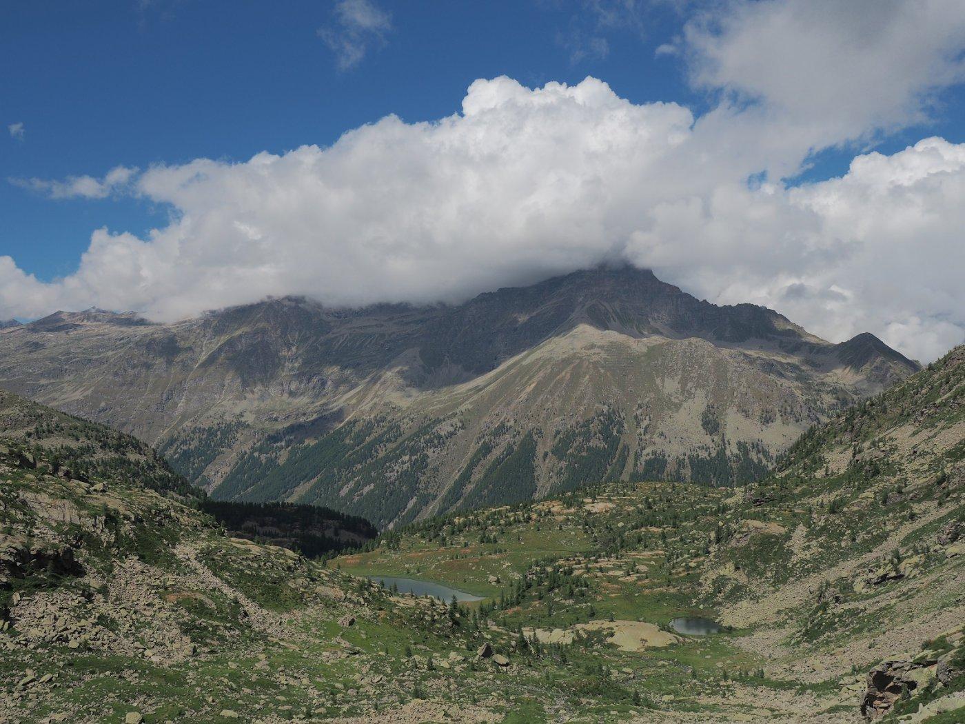 Il lago di Dres (a sinistra) visto dal sentiero che sale al Colle della Piccola