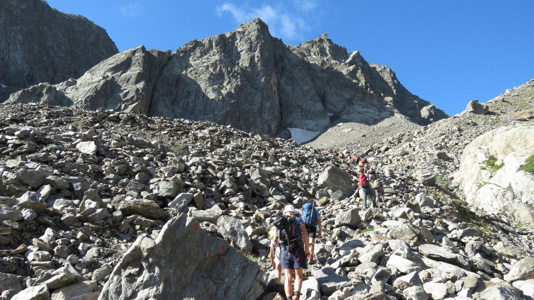 salendo lungo la pietraia che porta alla base della Gola di Laris (2-8-2015)