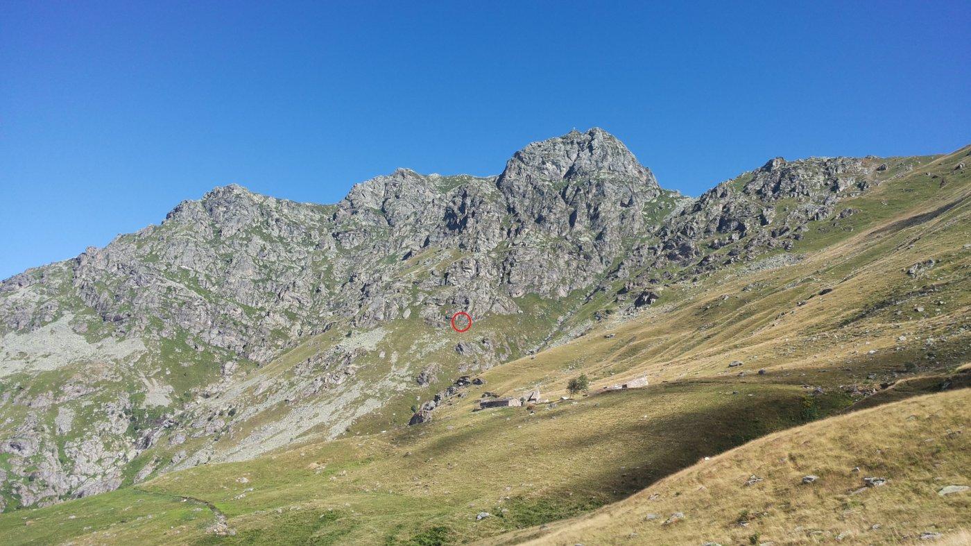 panoramica dell'avvicinamento: Alpe Sette Fontane e l'attacco della via evidenziato dal cerchiolino