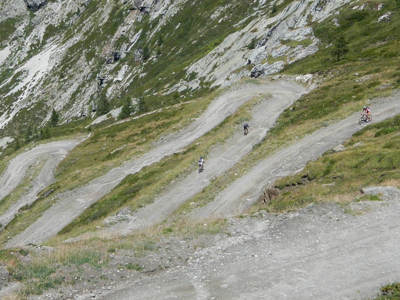 la serie di tornanti sopra la conca dove si trova il Rifugio Scarfiotti