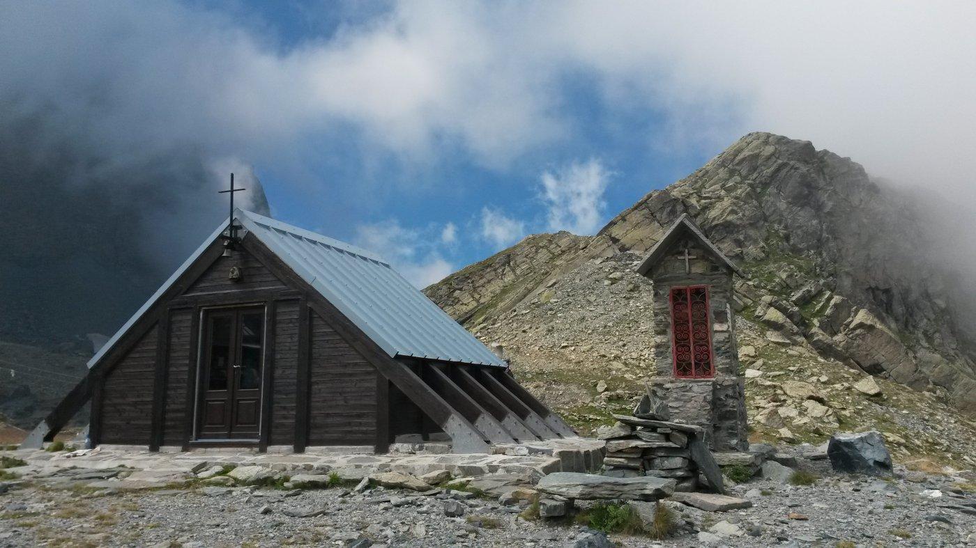 caratteristica chiesetta nei pressi del rifugio Sella