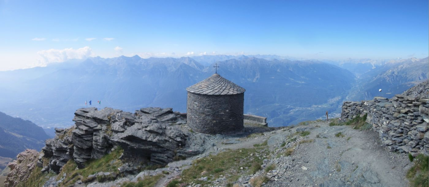 Cappelletta al Rifugio con vista sulla Val Susa