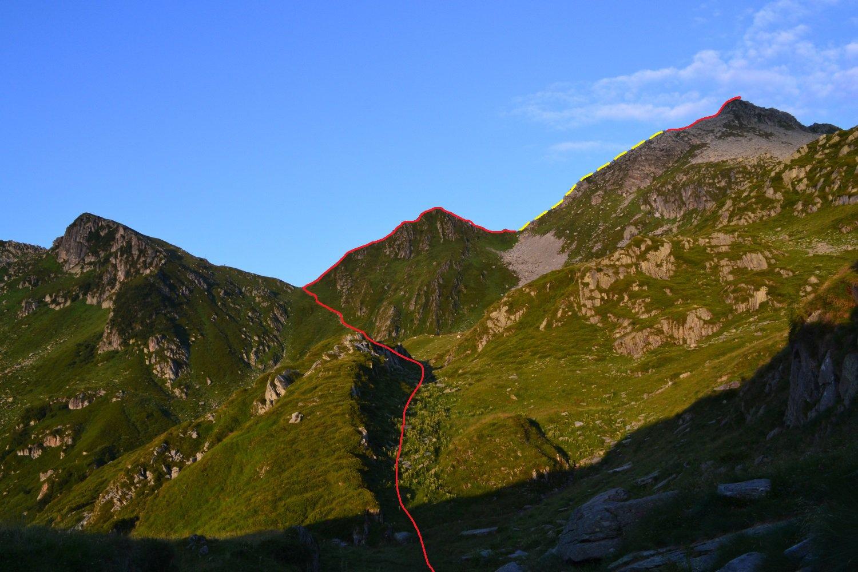 il tracciato in rosso, salendo al Colle d'Egua. In giallo il tratto da percorrere sotto la cresta sul versante valsesiano