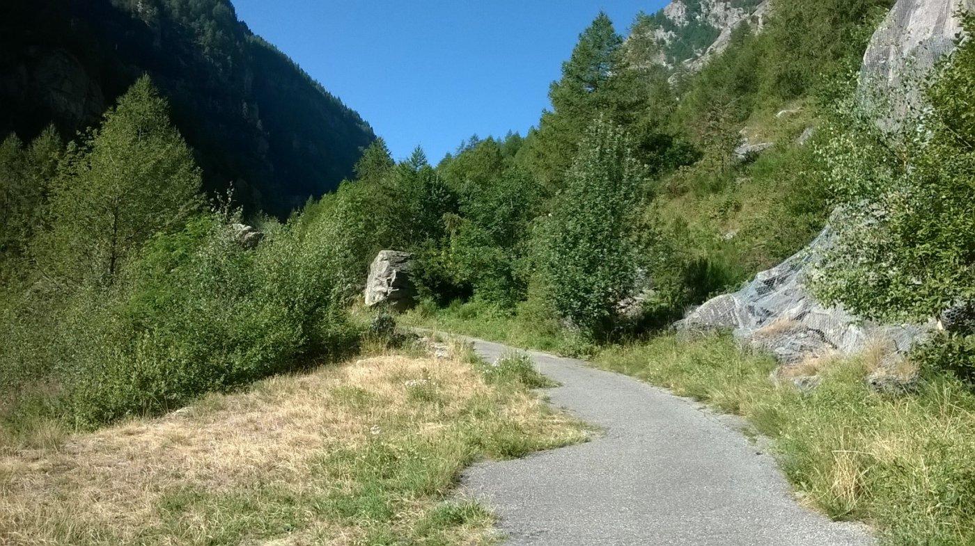 La vecchia strada che consente di evitare il primo tratto della galleria che sbuca a Ceresole