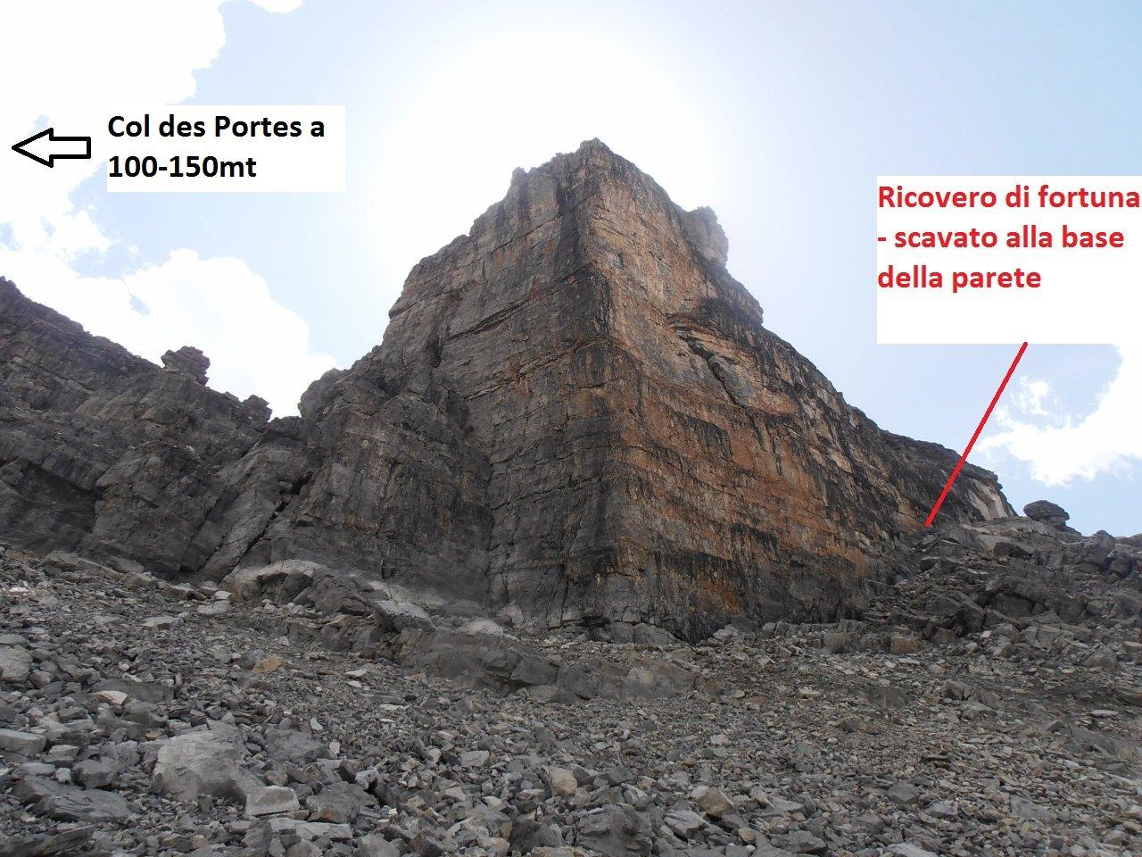 07 - parete rocciosa sotto la quale, nascosto, si trova il ricovero di fortuna