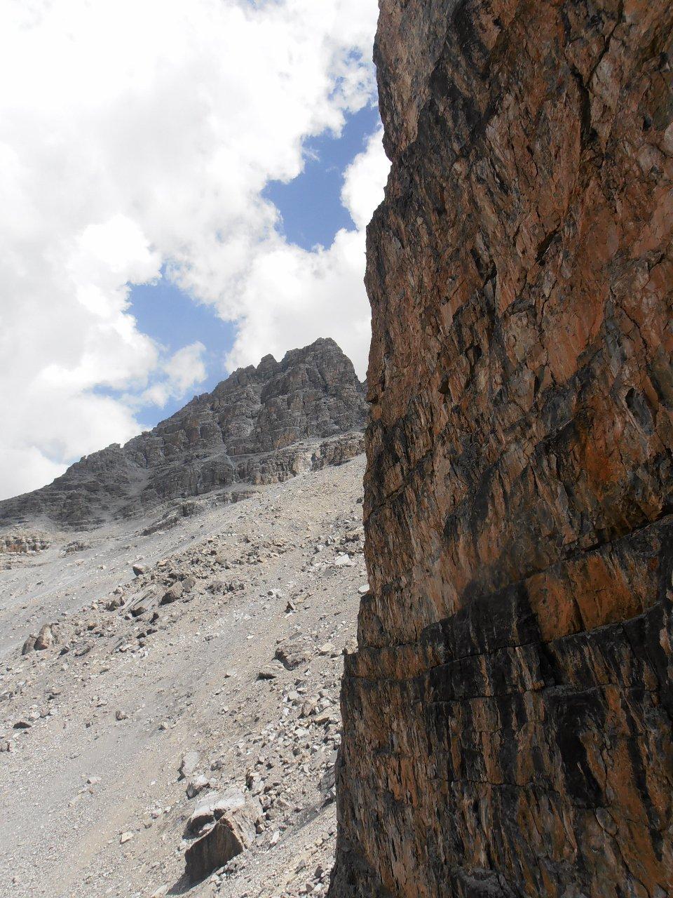 06 - Pic de Rochebrune visto dal riparo scavato nella parete sotto il Col des Portes
