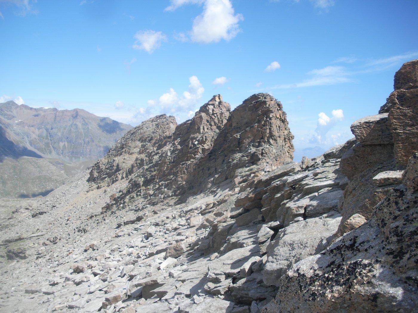 il terzo torrioncino..apparentemente piu' basso sulla sx..eì la cima Sett.le di Seivaz..li andremo..