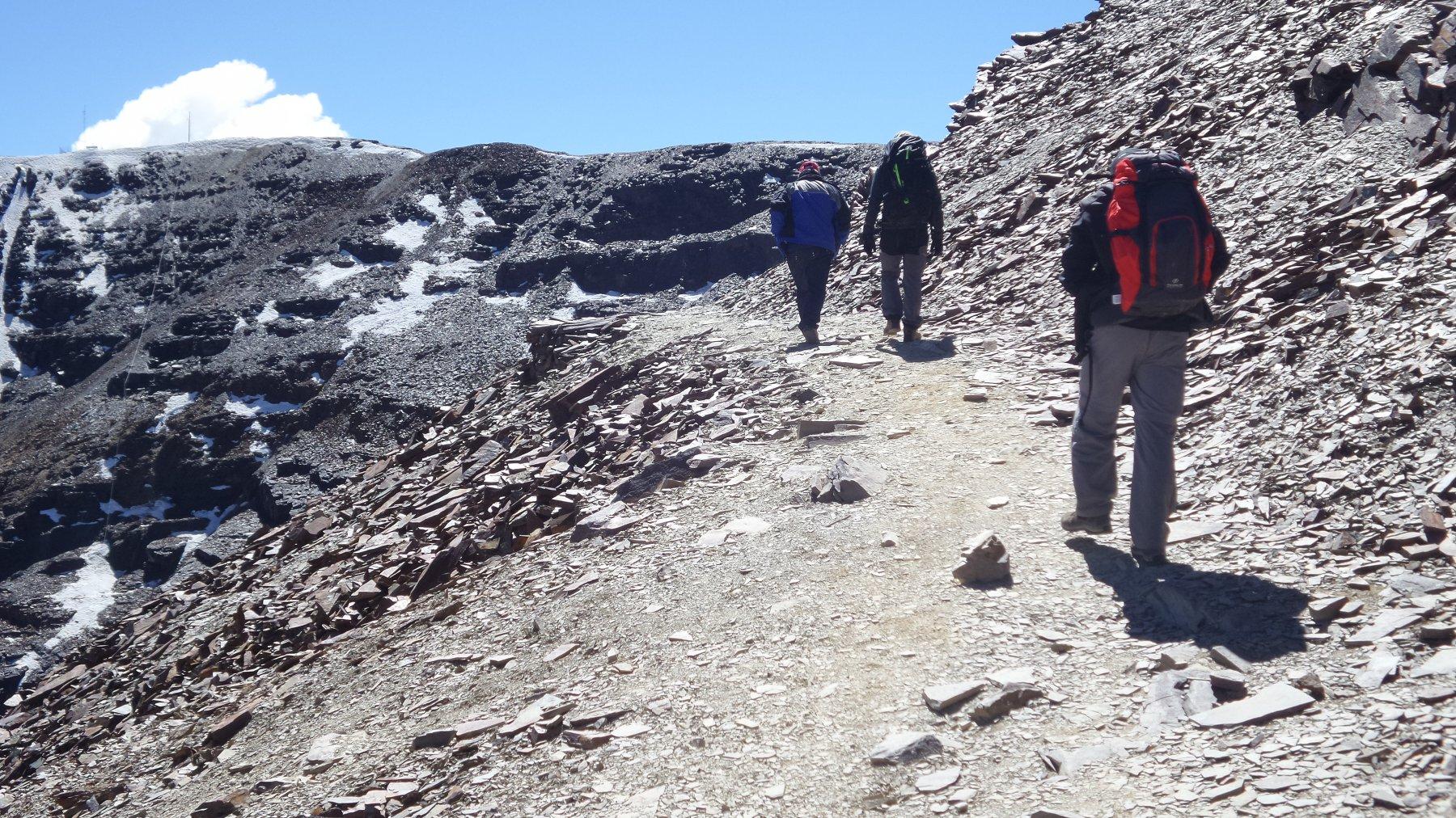 salendo lungo l'ampio sentiero verso la cima del Chacaltaya (10-8-2015)